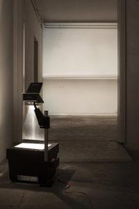 Anne Steinhagen, O.T. 2015. Lichtinstallation. 3 Overheadprojektoren, Präsentationsfolien. Foto: Nadine Weichsler.