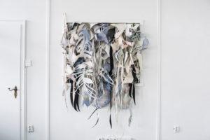 Inga Kruse, Untitled, Cut-Out Installation, ca. 100 x100x40 cm, 2017, Papier, Acryl, Sprühlack, Stoff