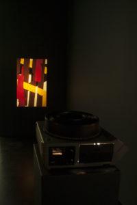 Guido Ignatti, No Matter Paintings #1, 35mm Dias, Diaprojektor und Sperrholz, variable Größe, 2016