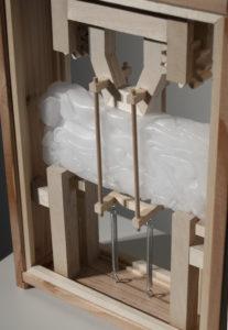 "Yukari Kosakai: ""o.T."", 2014, Plastik / Wachs, Holz, Spiralfeder"